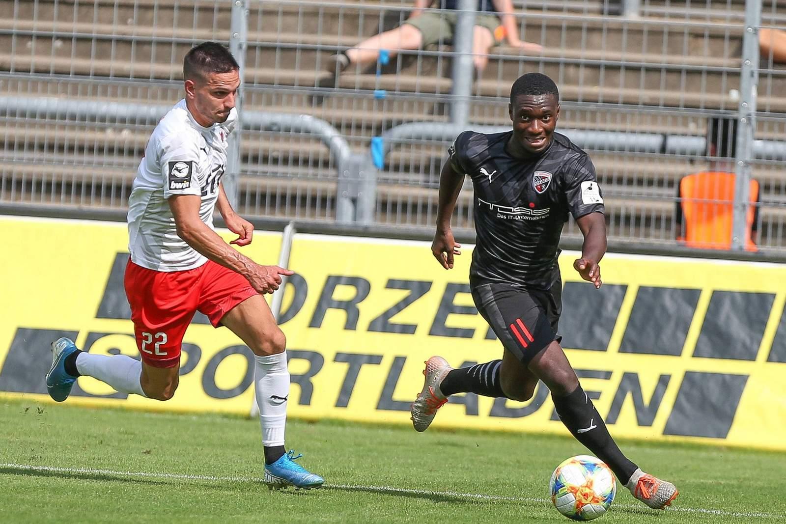 Agyemang Diawusie (r.) im Spiel gegen Viktoria Köln.