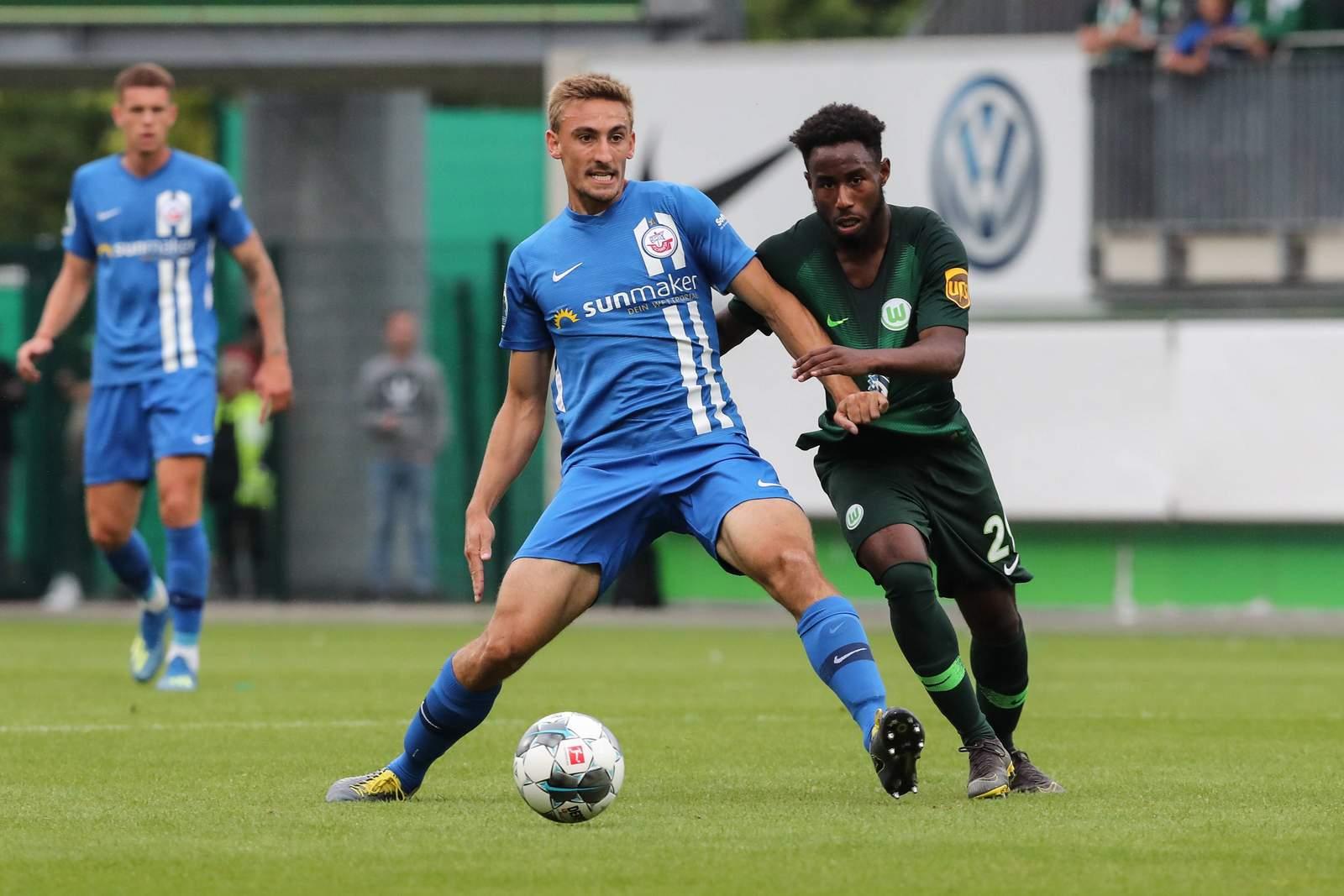 Frederik Lach (l.) gegen John Yeboah von Wolfsburg II.