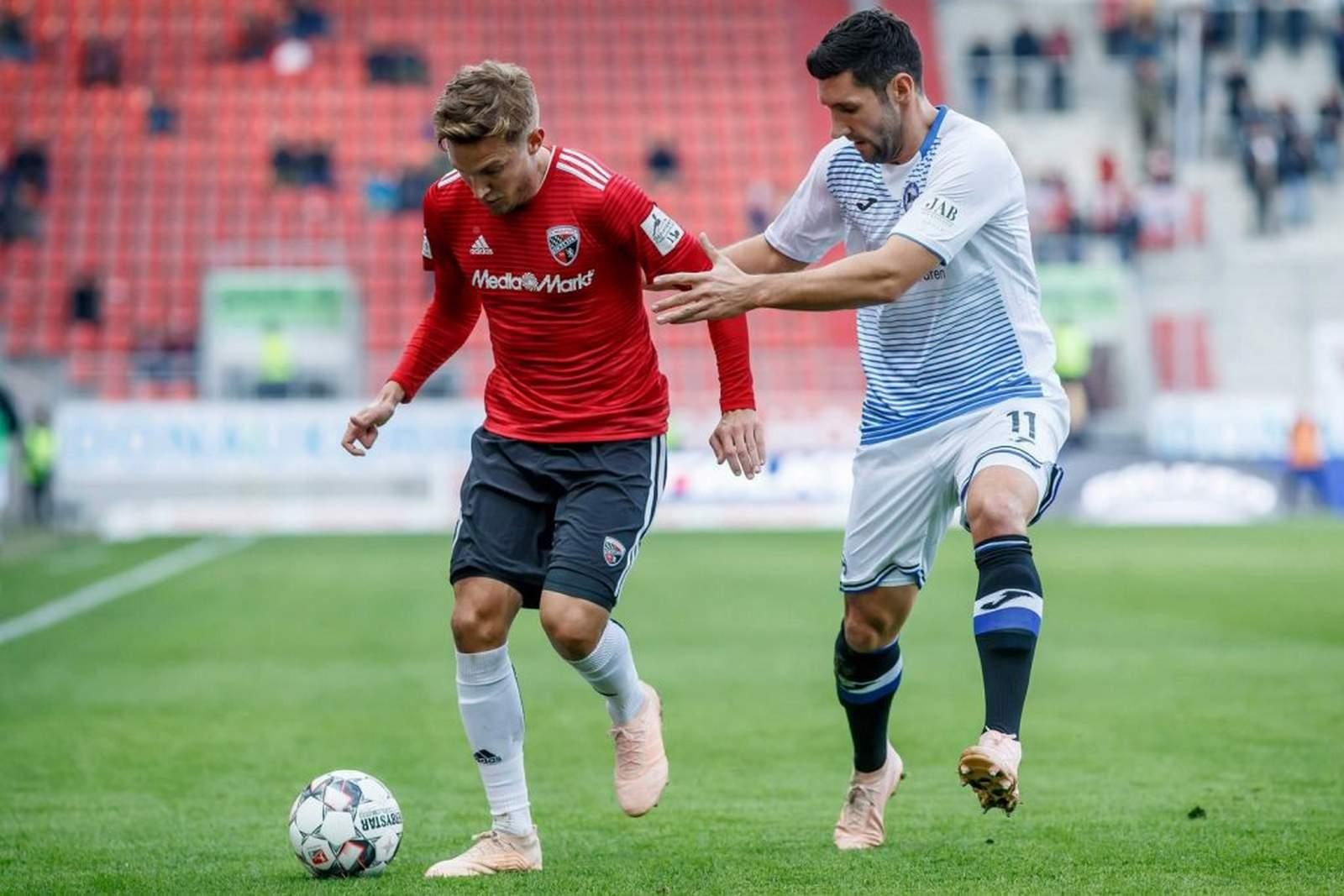 Konstantin Kerschbaumer vom FCI gegen Stephan Salger von Bielefeld