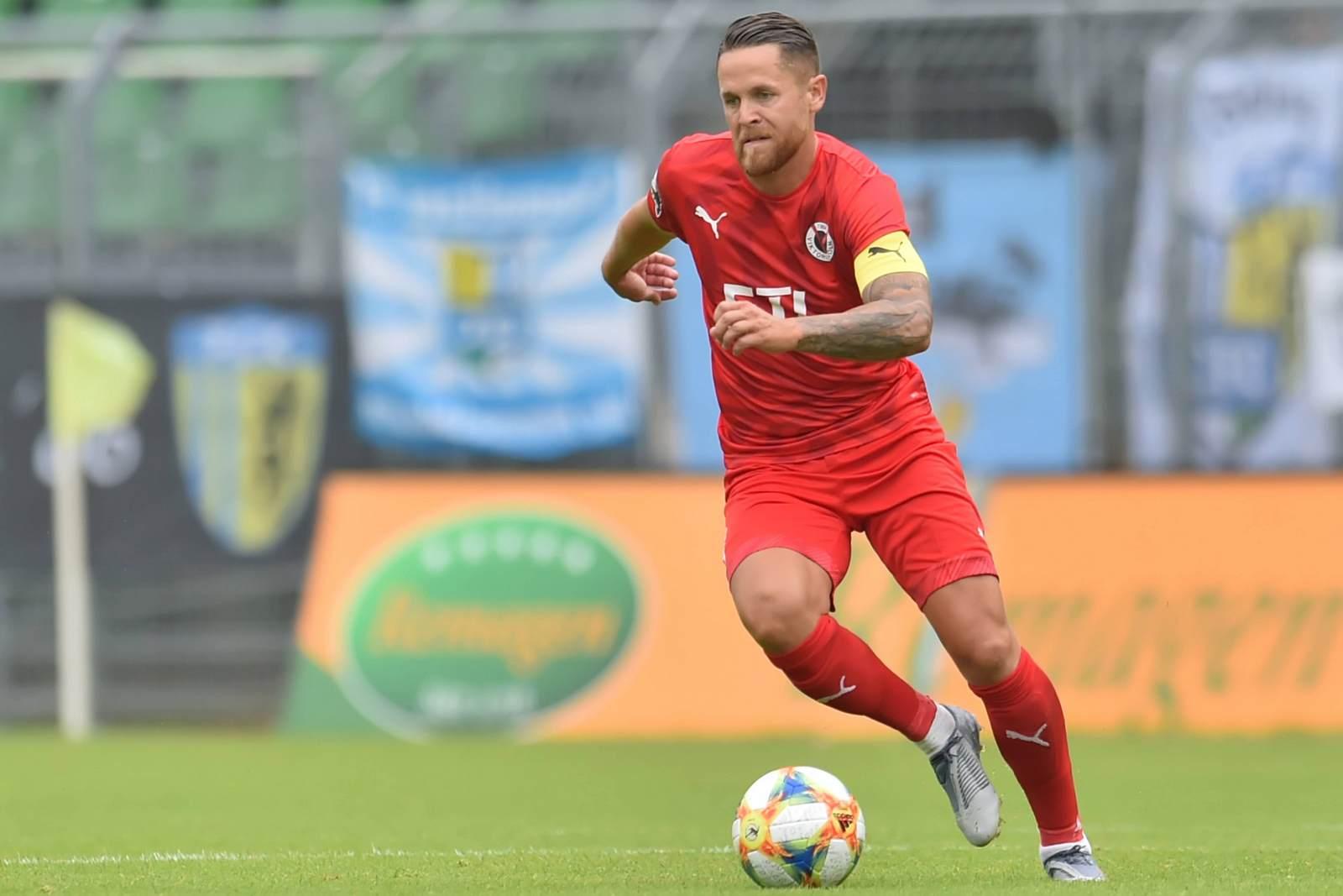 Mike Wunderlich am Ball für Viktoria Köln