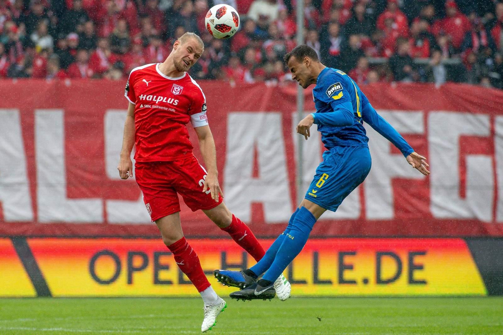 Sebastian Mai (l.) vom HFC gegen Steffen Nkansah von Eintracht Braunschweig.