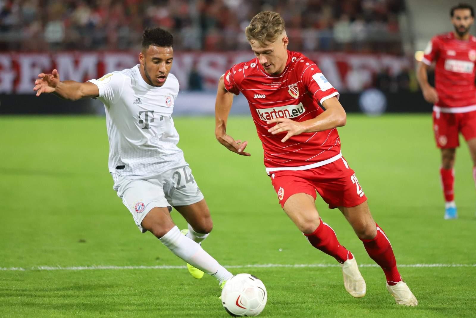 Tobias Eisenhuth von Energie Cottbus gegen Corentin Tolisso vom FC Bayern