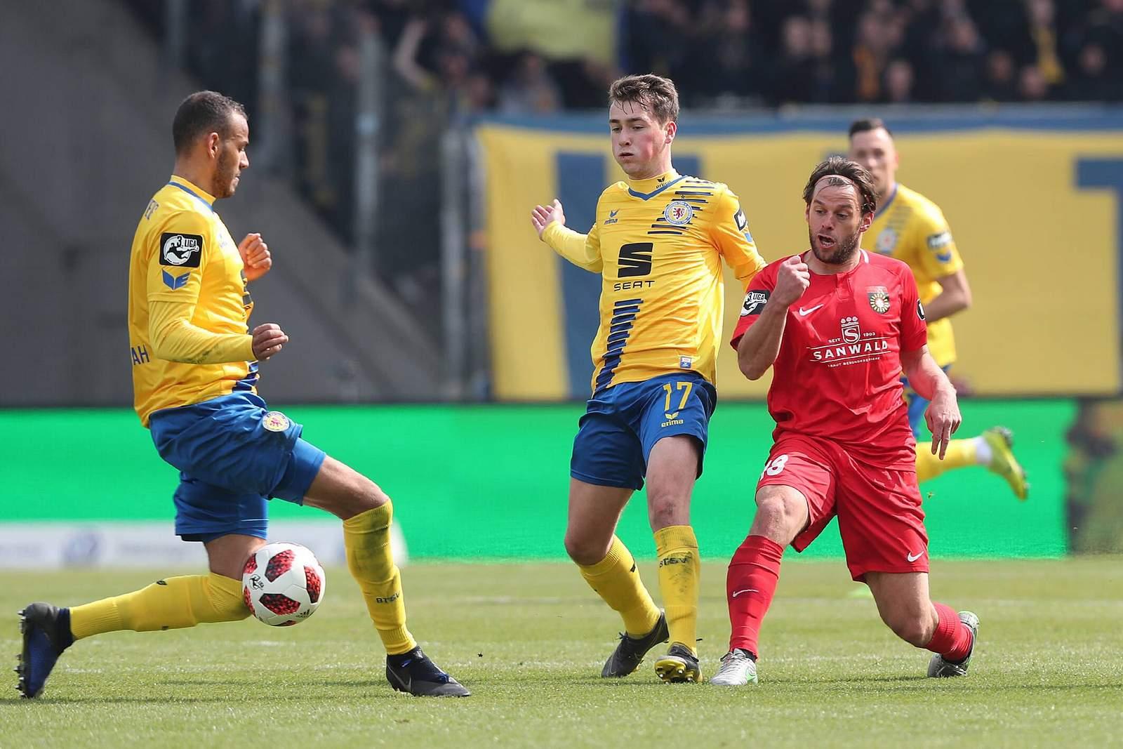 Yari Otto von Eintracht Braunschweig gegen Timo Röttger von Großaspach
