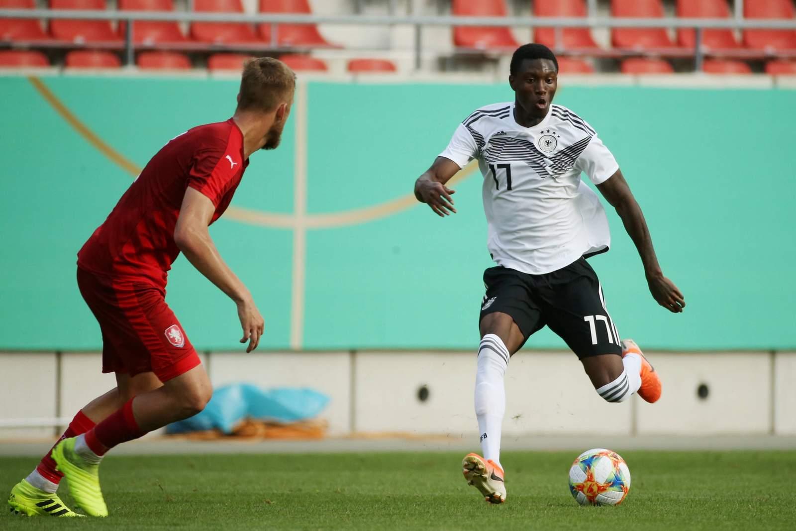 Aaron Opoku (r.) im Spiel gegen Tschechiens U20.