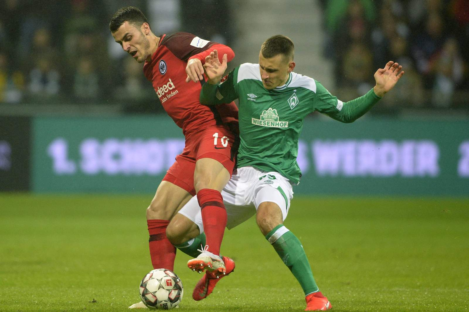 Filip Kostic (l.) gegen Maximilian Eggestein. Jetzt auf Frankfurt gegen Bremen wetten!