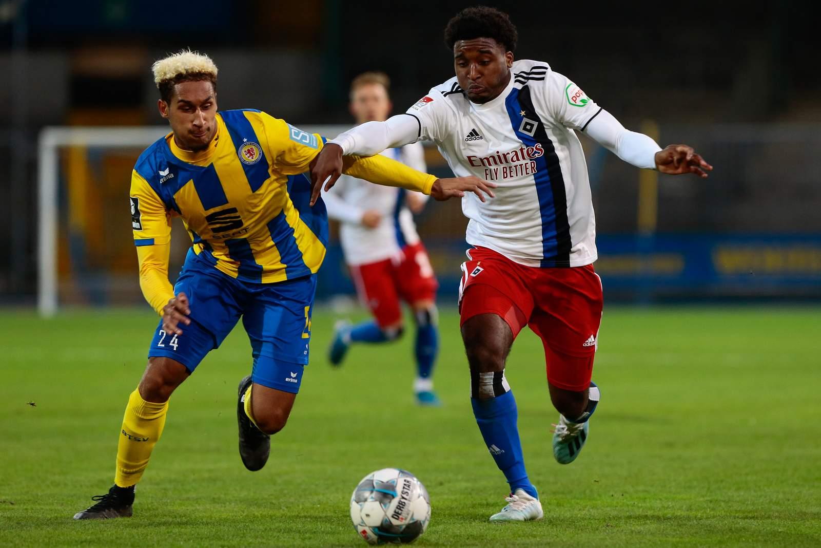 Kevin Goden von Eintracht Braunschweig gegen Travian Sousa vom HSV