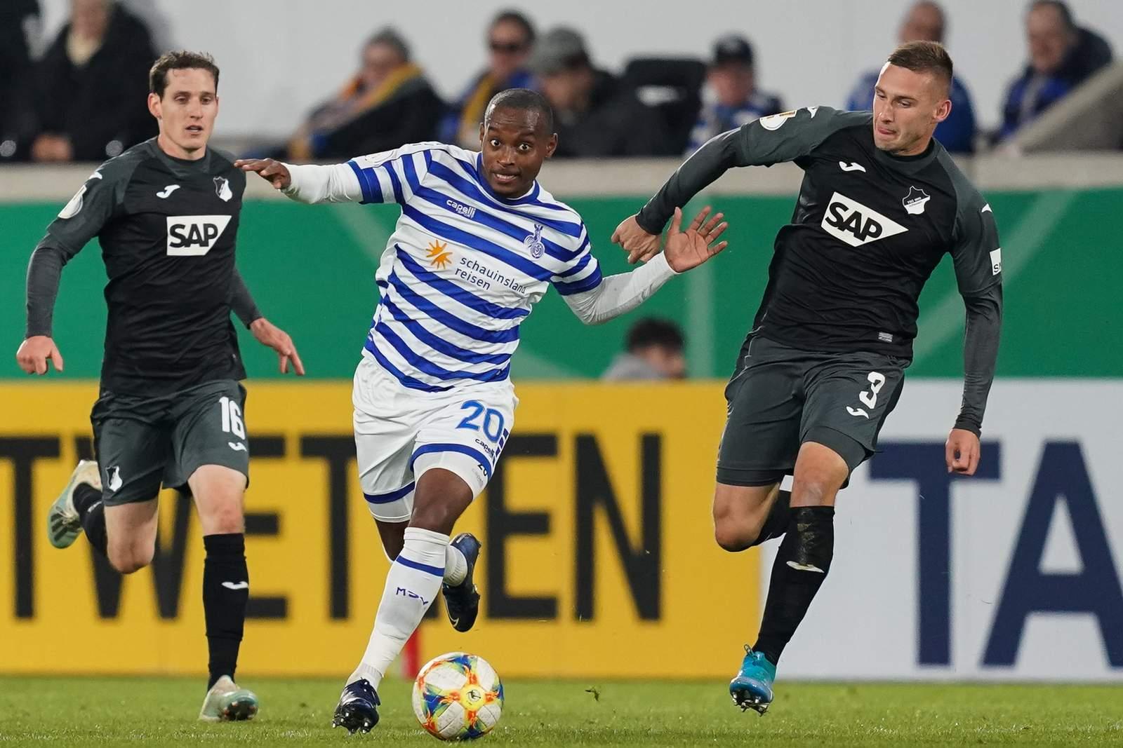 Leroy-Jacques Mickels vom MSV Duisburg gegen Sebastian Rudy und Pavel Kaderabek von Hoffenheim