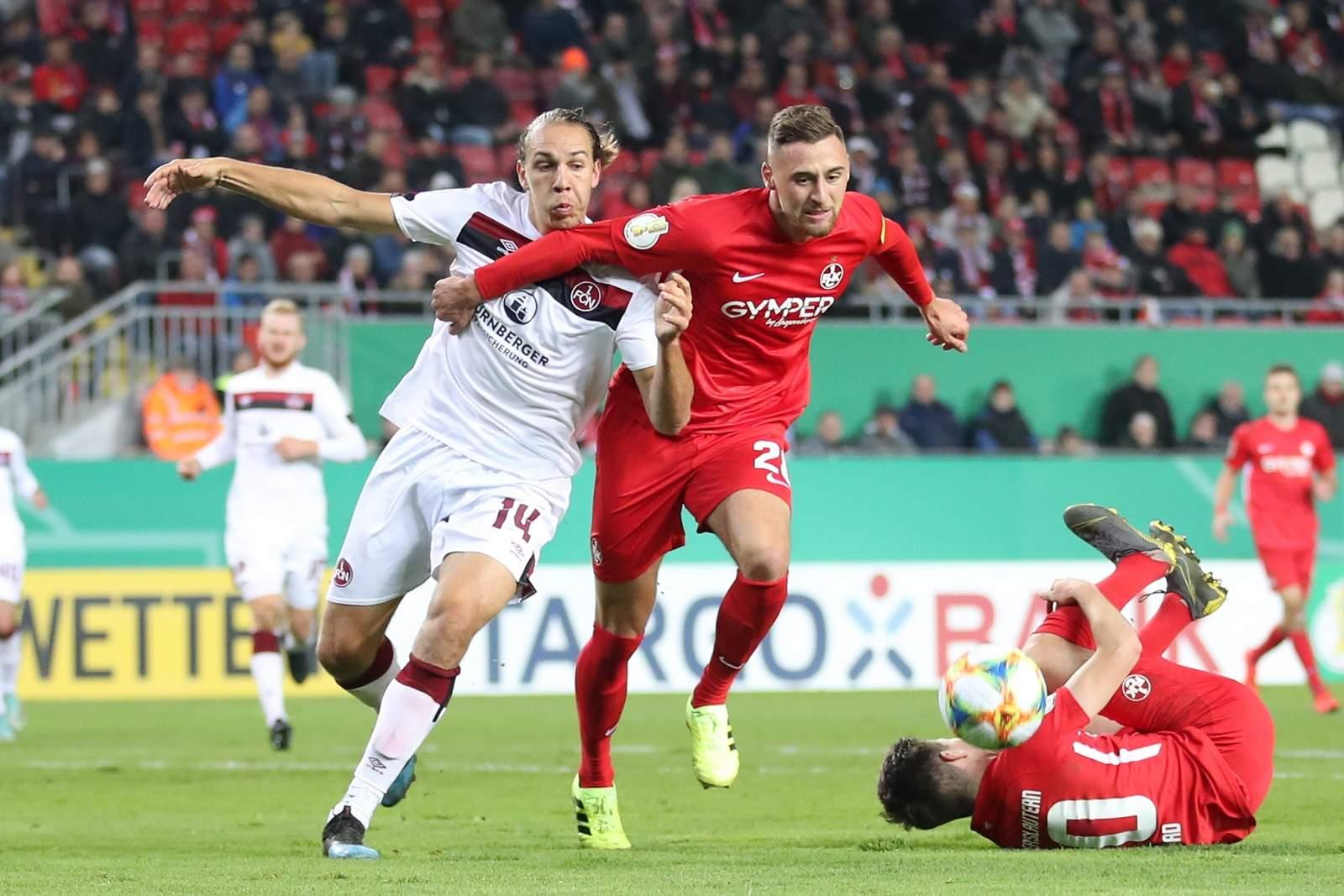 Lukas Gottwalt gewinnt bei Pokalspiel FCK vs Nürnberg Zweikampf gegen Michael Frey