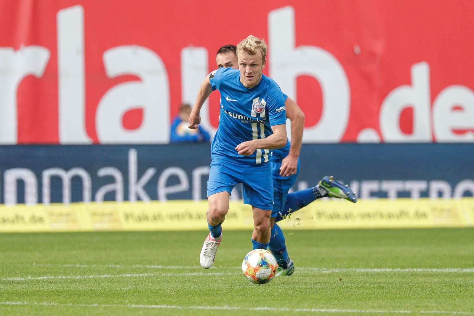 Nik Omladic am Ball für Hansa Rostock