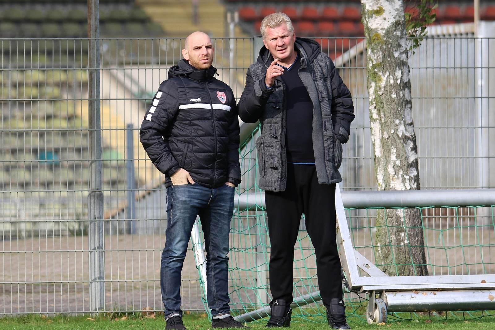 Nikolas Weinhart und Stefan Effenberg an der Seitenlinie