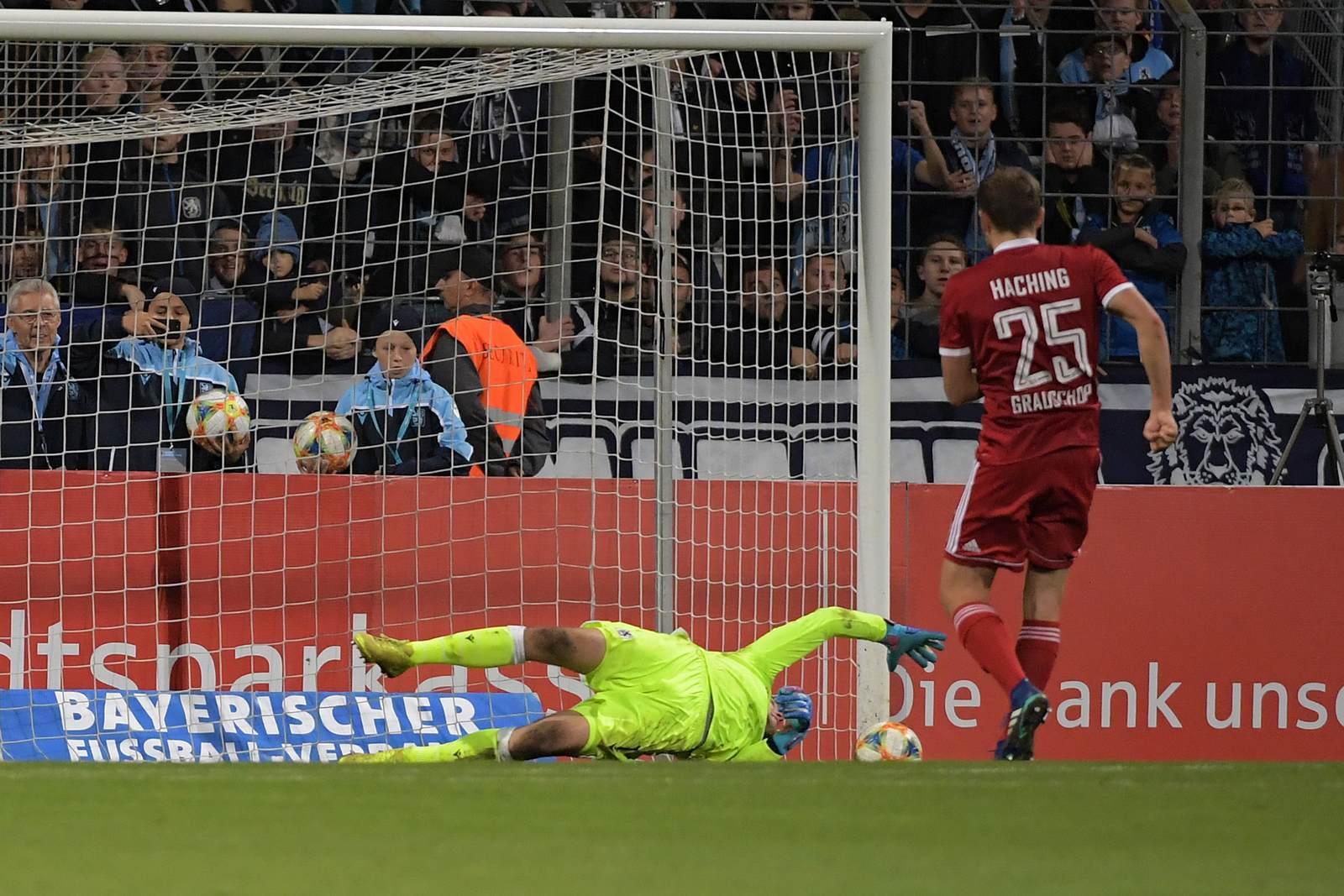 Paul Grauschopf beim Elfmeter gegen Marco Hiller