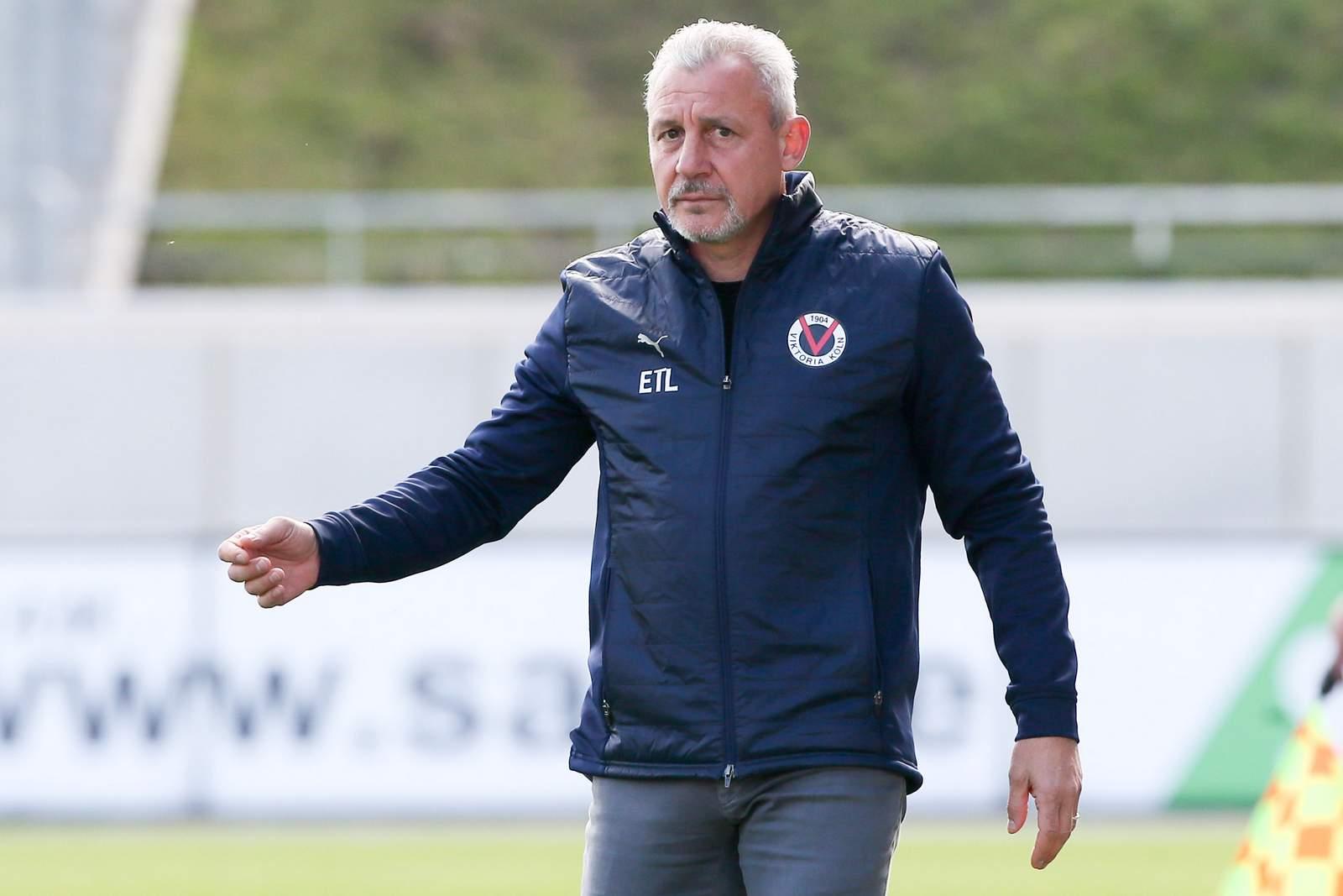 Pavel Dotchev gibt als Trainer von Viktoria Köln Anweisungen