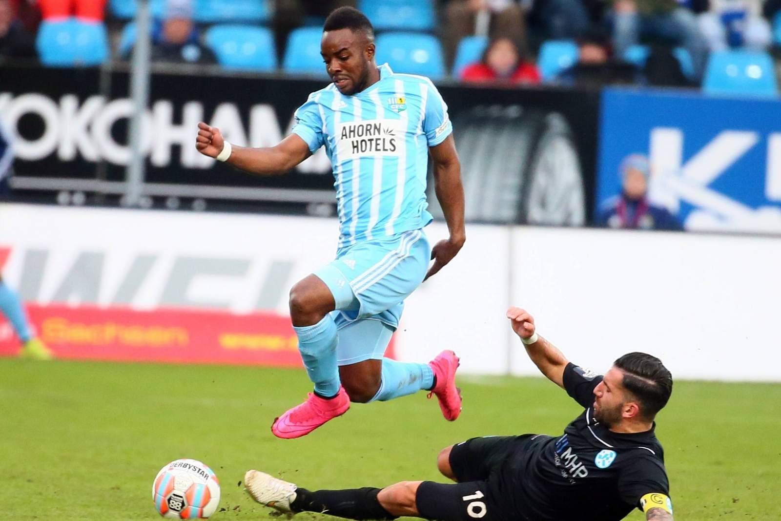 Reagy Ofosu überspringt Stuttgarts Vincenzo Marchese.