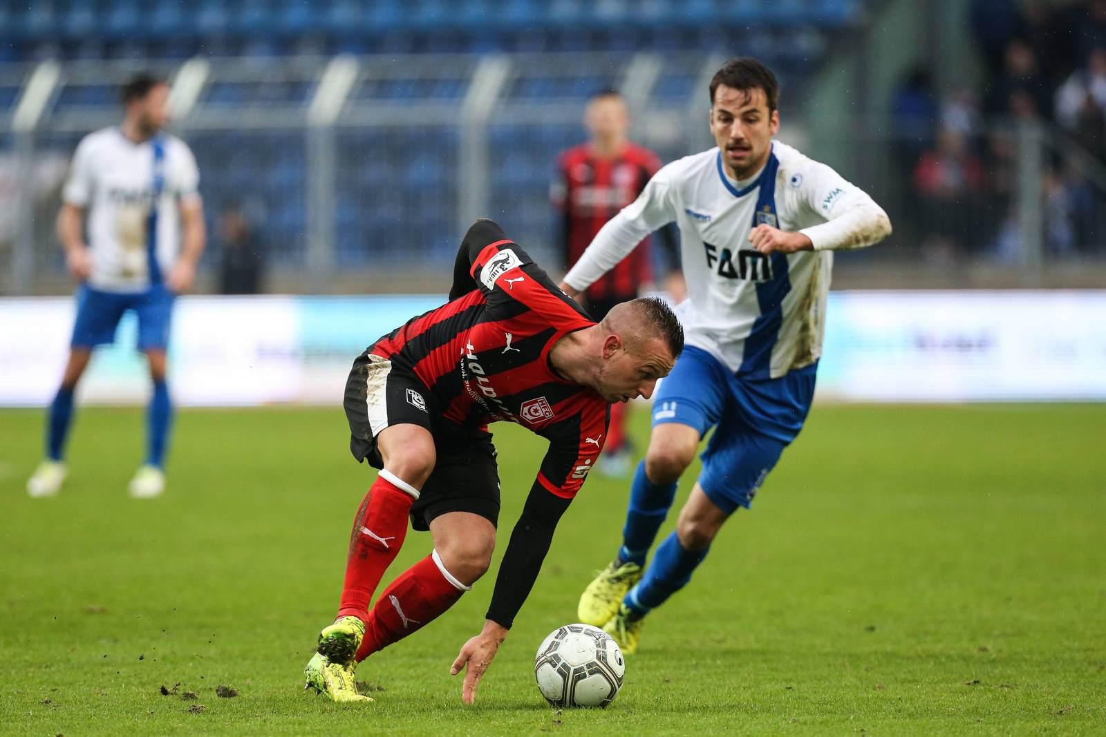 Halles Toni Lindenhahn gegen Magdeburgs Christian Beck.