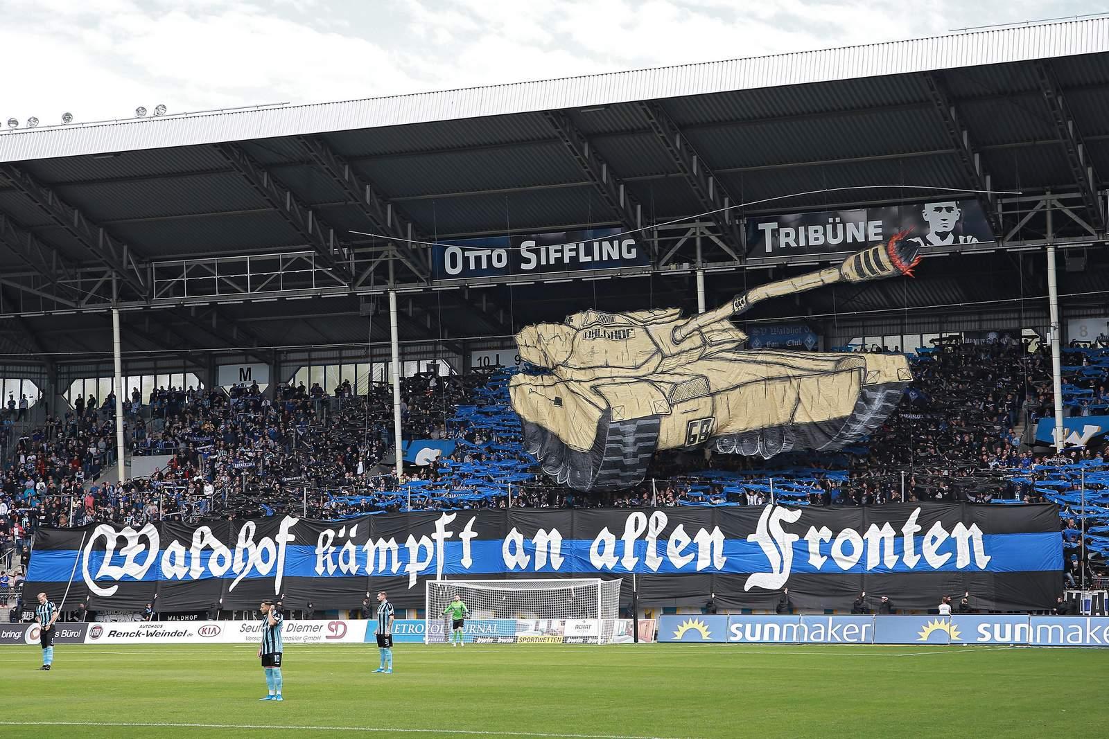 Die Choreagraphie der Waldhof-Fans im Heimspiel gegen Hansa.