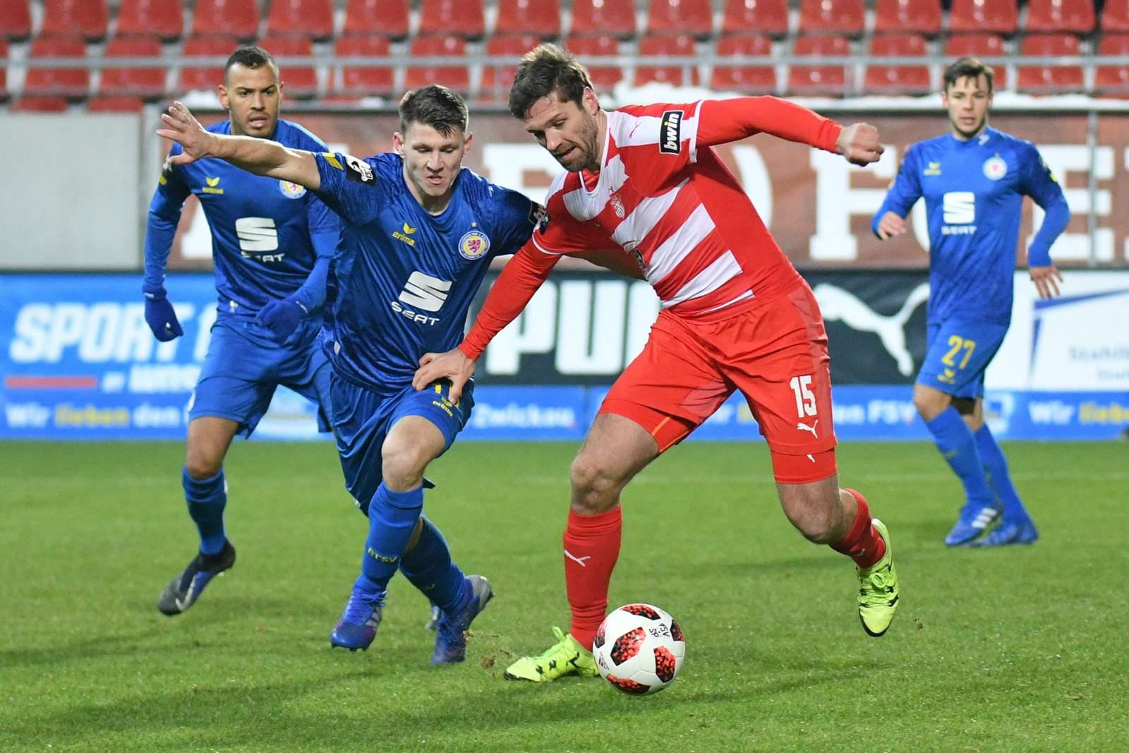 Ronny König vom FSV Zwickau gegen Robin BEcker von Eintracht Braunschweig