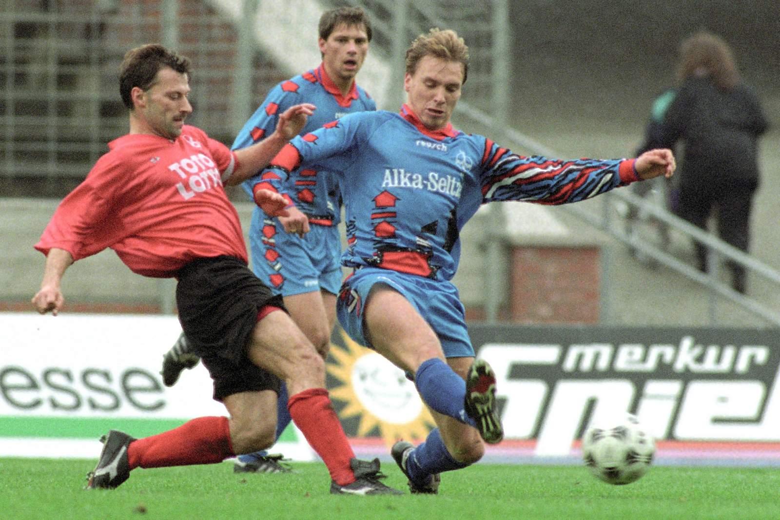 Horst Steffen (r.) gegen Hannovers Günter Hermann.