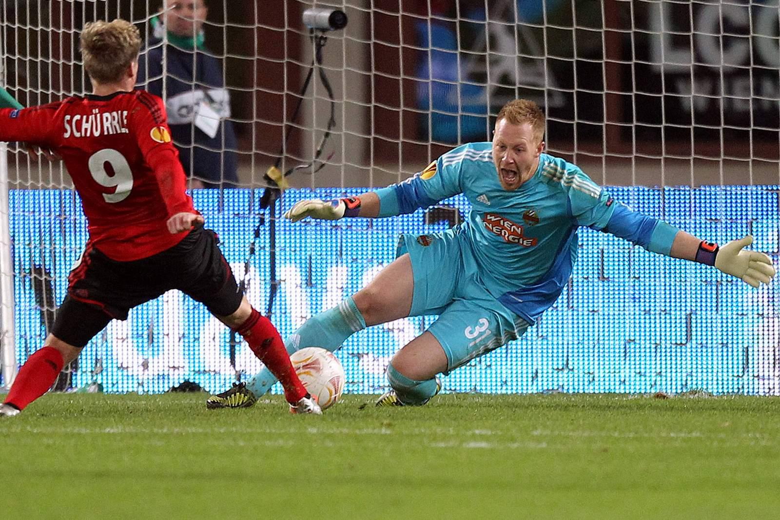 Lukas Königshofer (r.) gegen Leverkusens Andre Schürrle.
