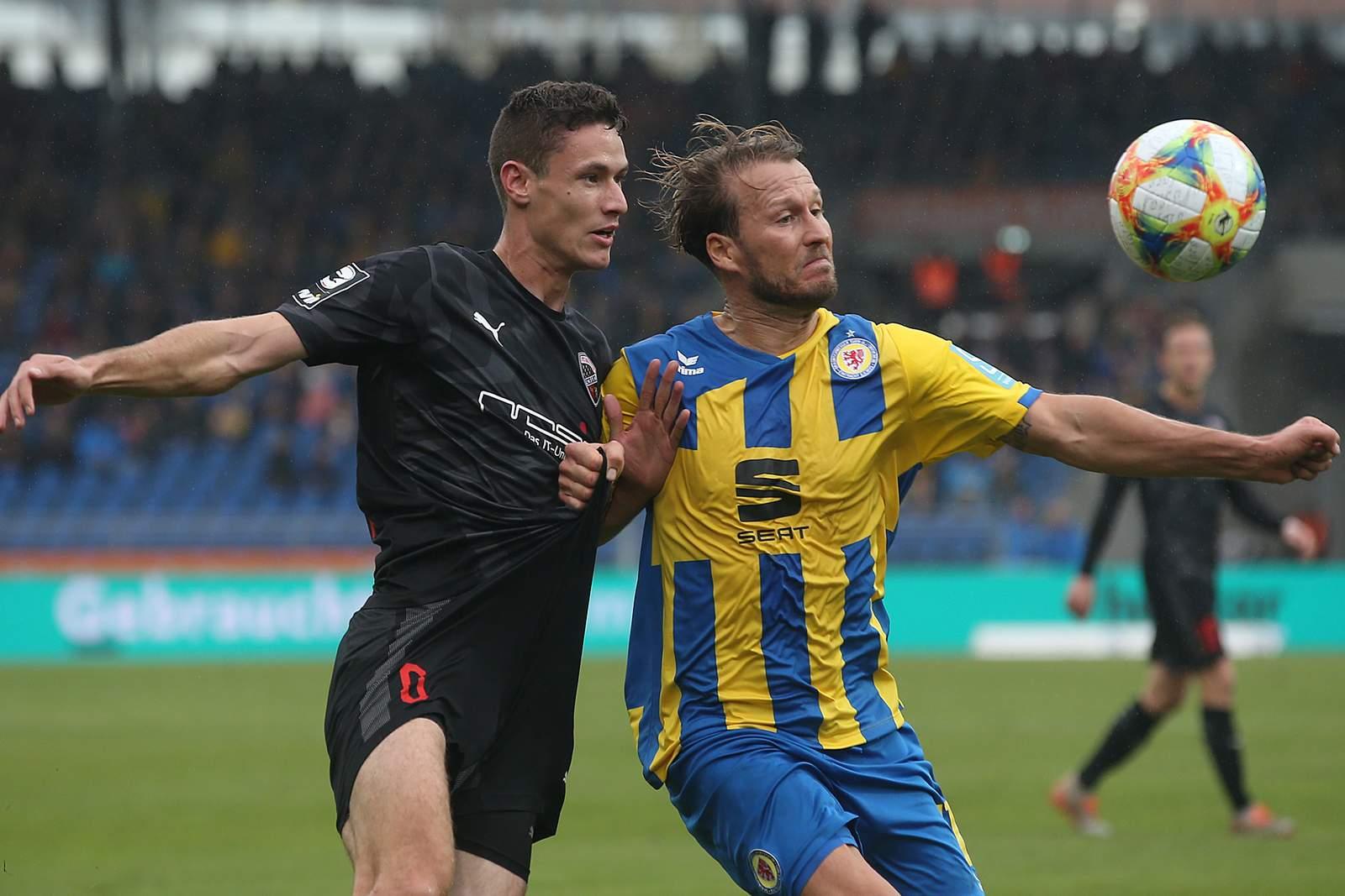 Braunschweigs Marc Pfitzner (r.) gegen Ingolstadts Maximilian Thalhammer.