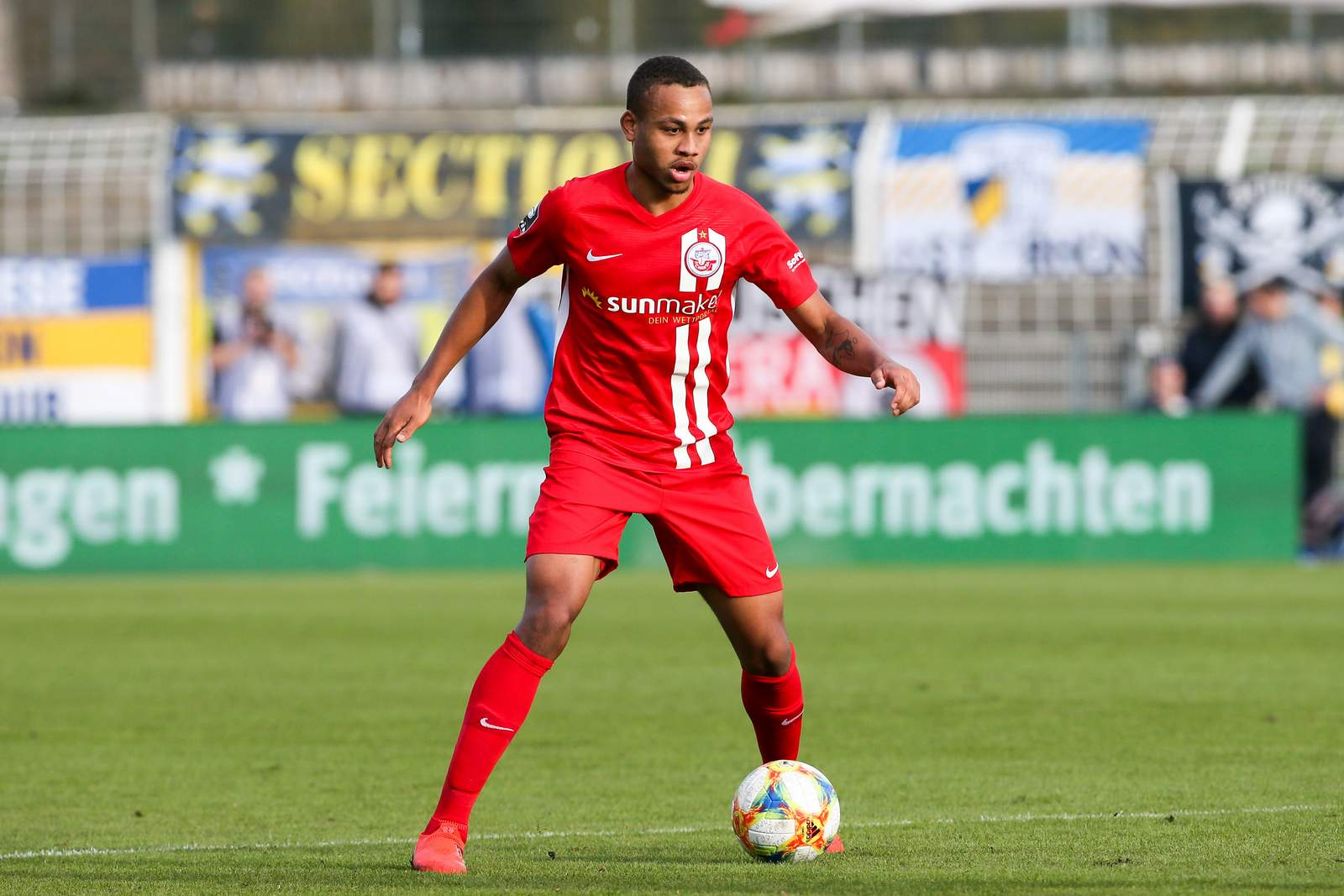 Nikolas Nartey am Ball bei Hansa Rostock