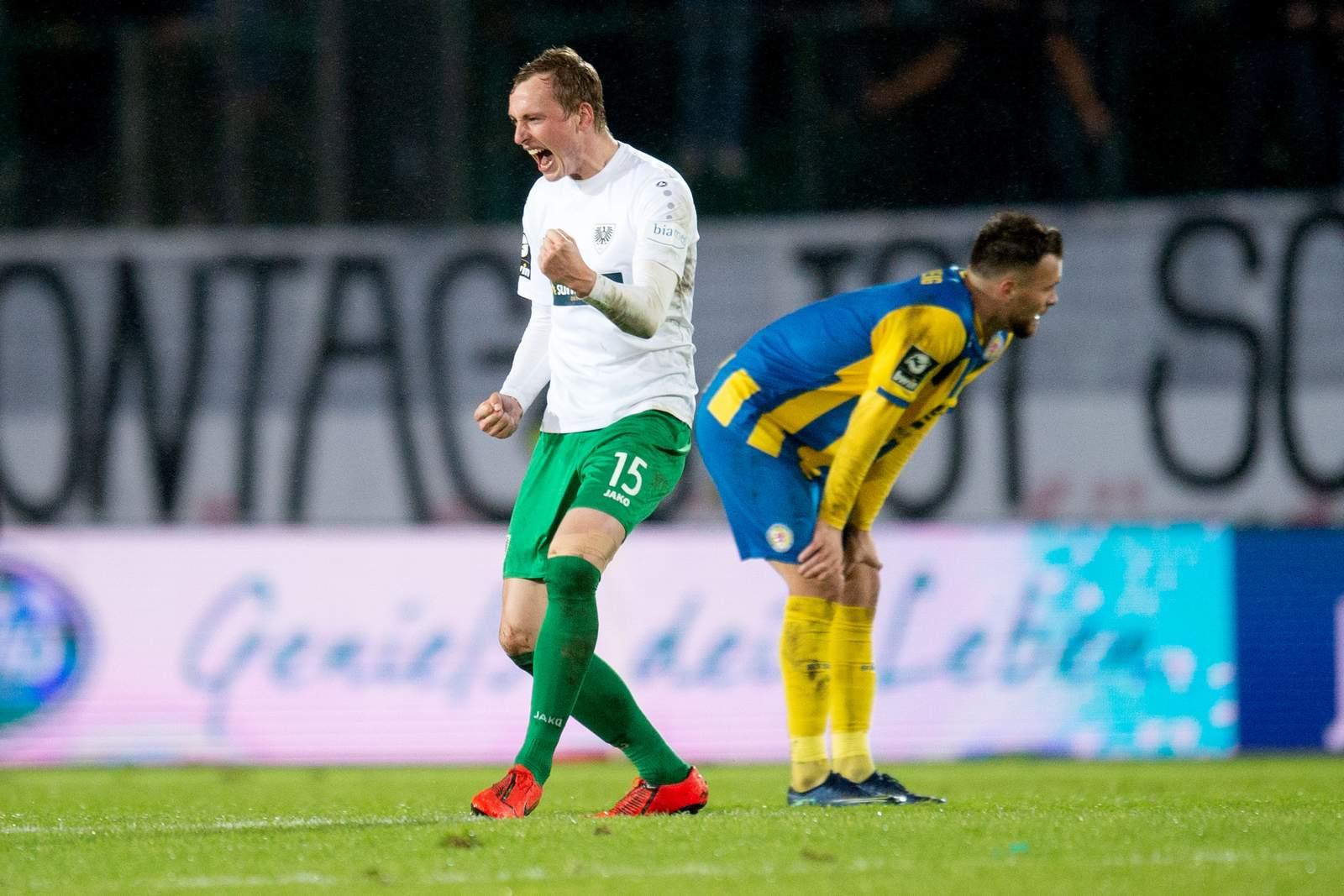 Simon Scherder bejubelt den Ausgleich gegen Braunschweig.
