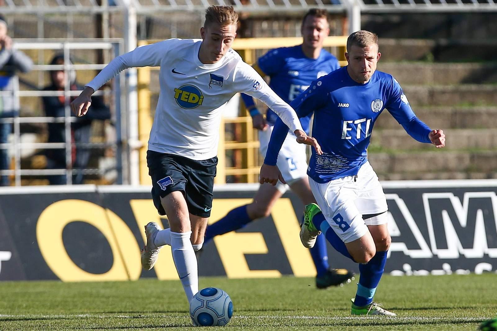 Florian Krebs von der Hertha U23 gegen Nicky Adler von Lok Leipzig