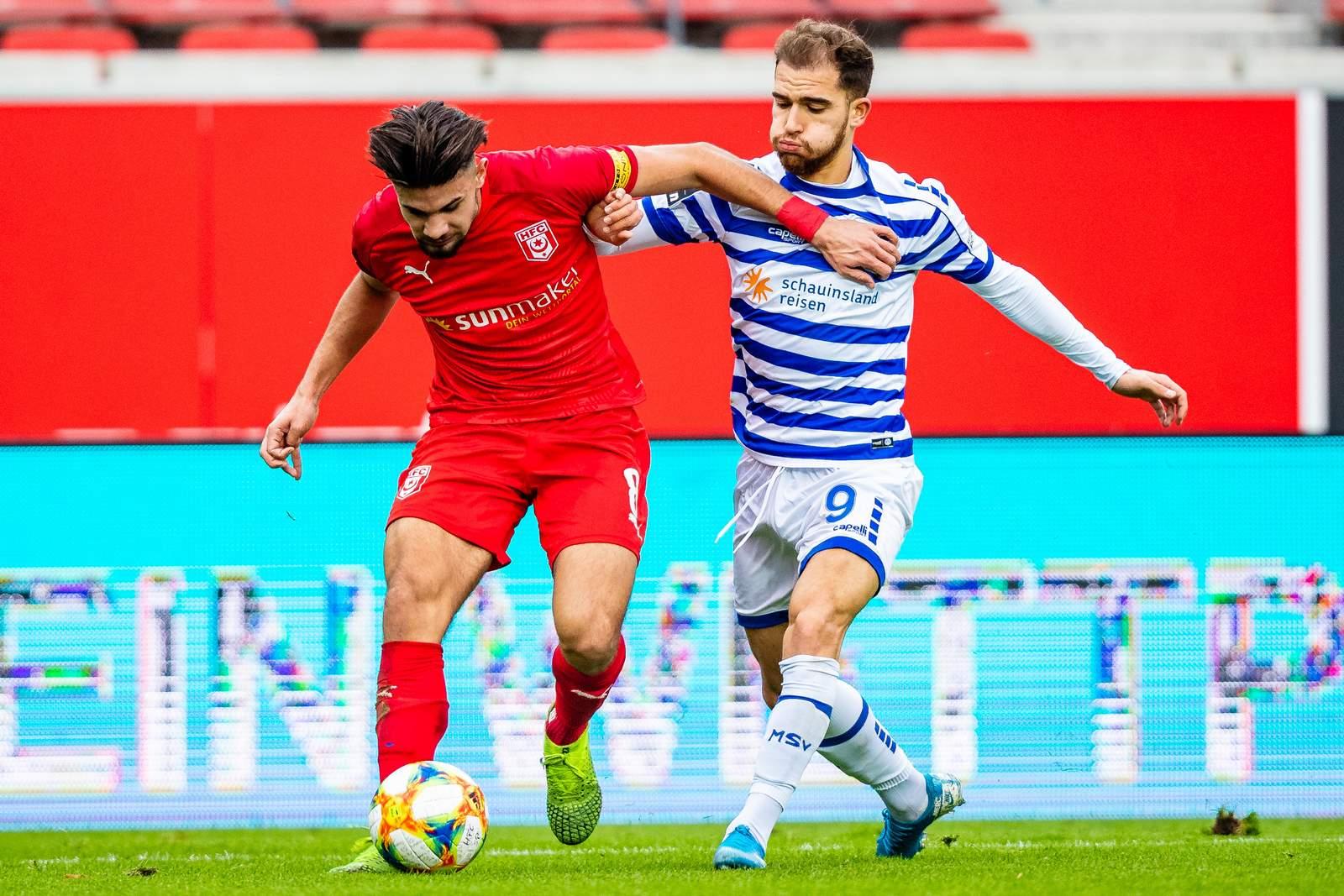 Antonios Papadopoulos (l.) gegen Duisburgs Ahmet Engin.