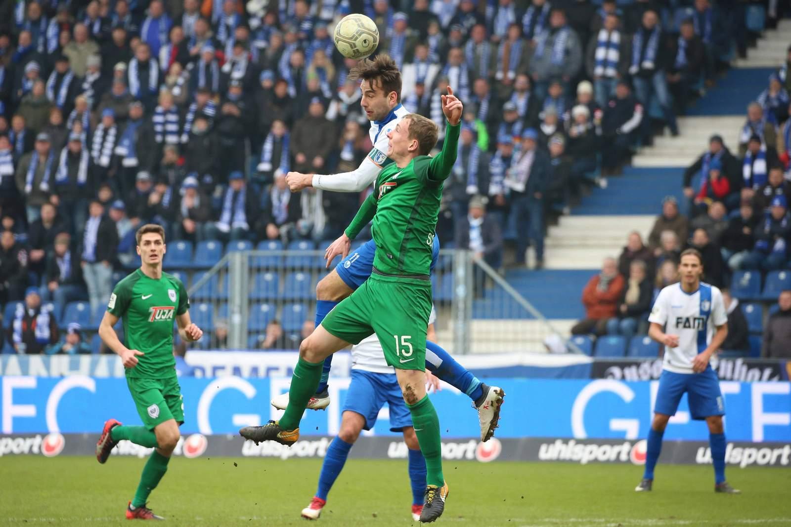 Magdeburgs Christian Beck springt höher als Münsters Simon Scherder
