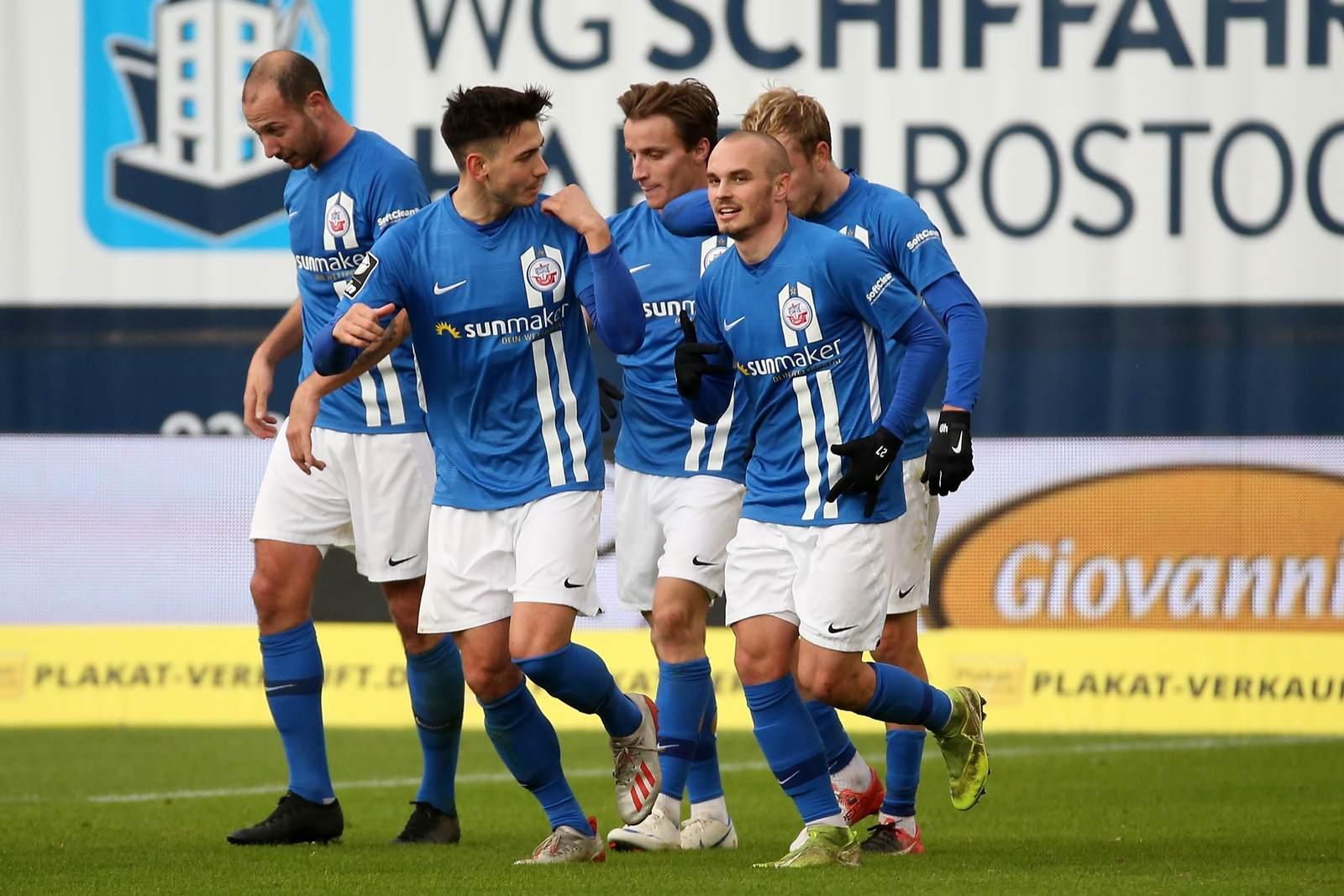 Die Mannschaft des FC Hansa Rostock jubelt