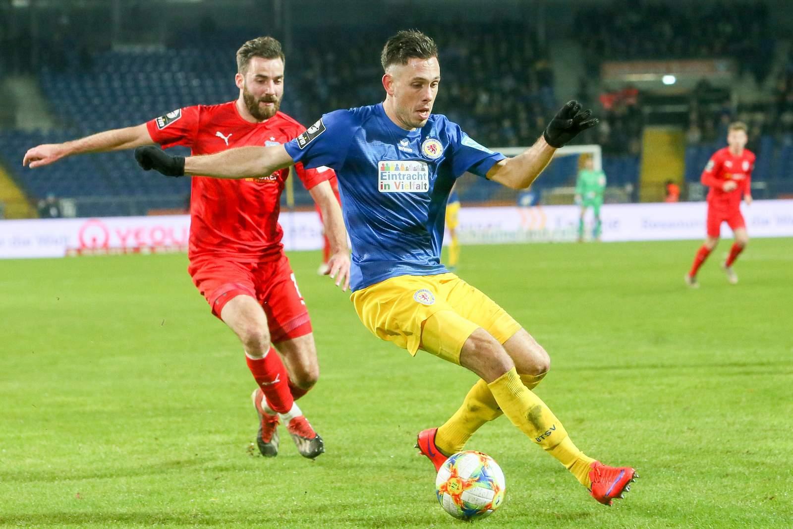 Marcel Bär (v.) gegen Zwickaus Morris Schröter.