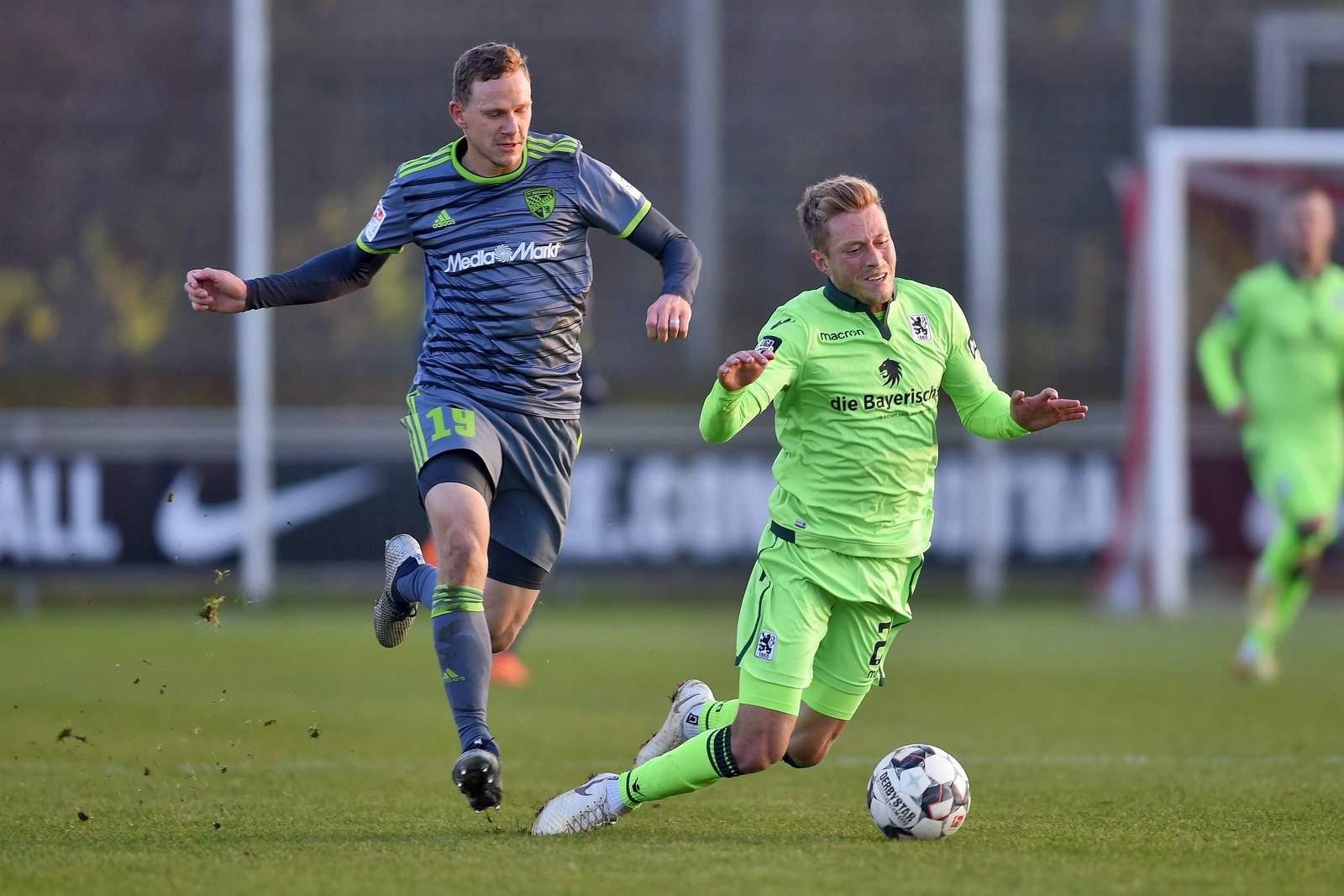 Ingolstadts Marcel Gaus (l.) gegen Münchens Marius Willsch.