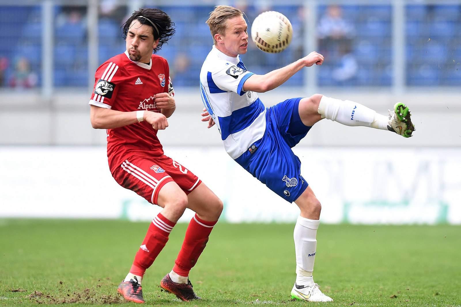 Markus Schwabl (l.) gegen Duisburgs Dennis Grote.