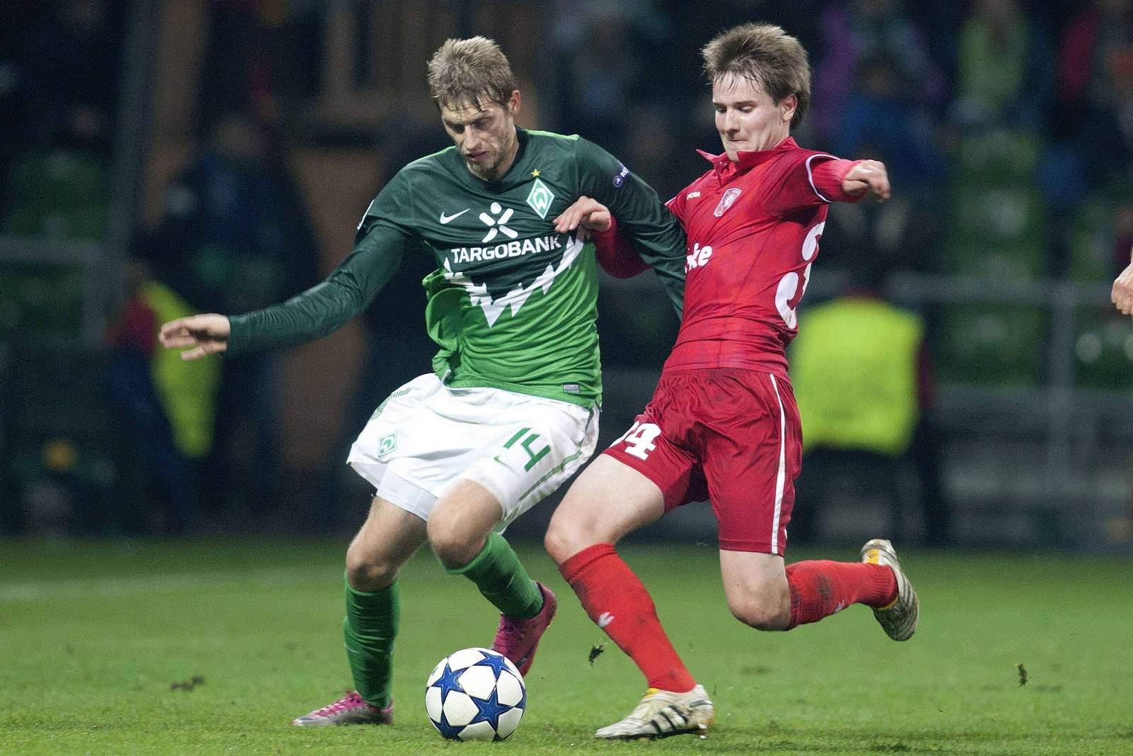 Thilo Leugers (r.) behakt Bremens Aaron Hunt.