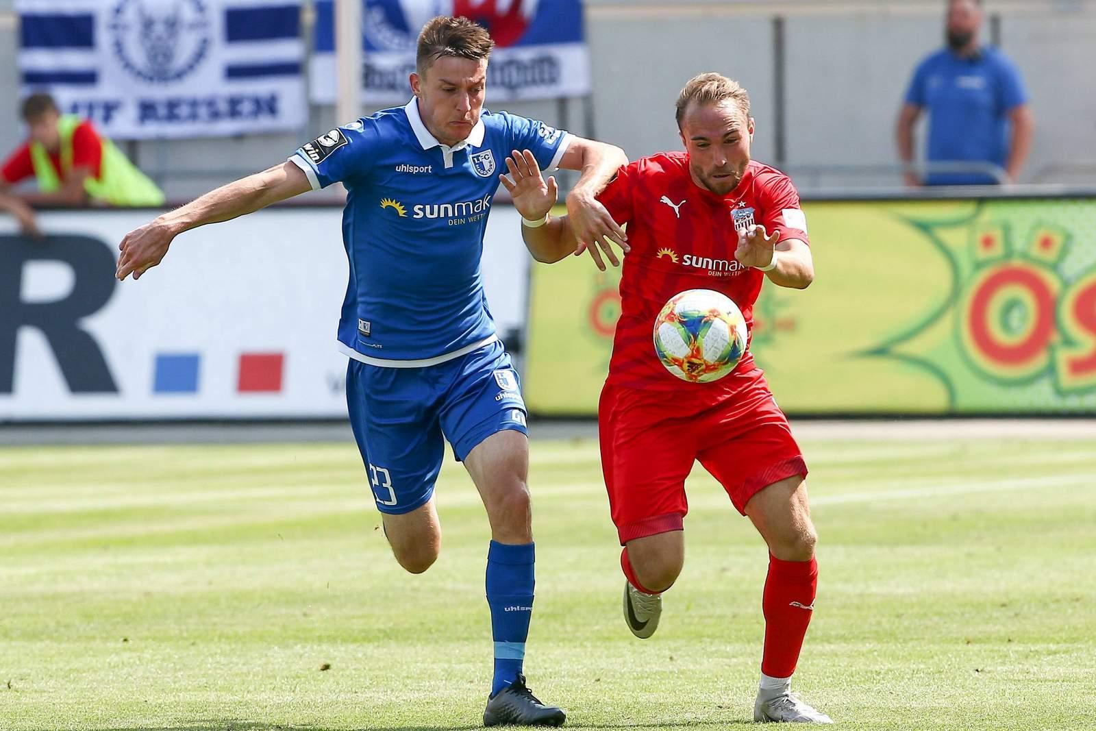 Charles Elie laprevotte vom 1. FC Magdeburg gegen Fabio Viteritti vom FSV Zwickau