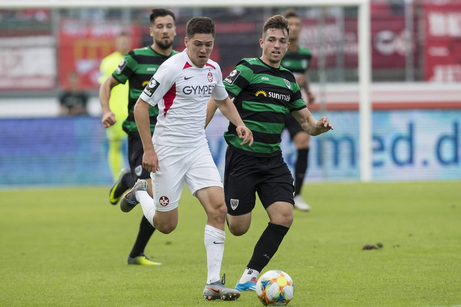 Dominik Schad vom FCK gegen Luca Schnellbacher von Preußen Münster