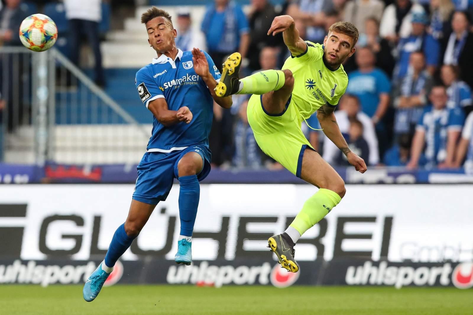 Joshua Bitter vom MSV Duisburg gegen Marcel Costly vom 1. FC Magdeburg