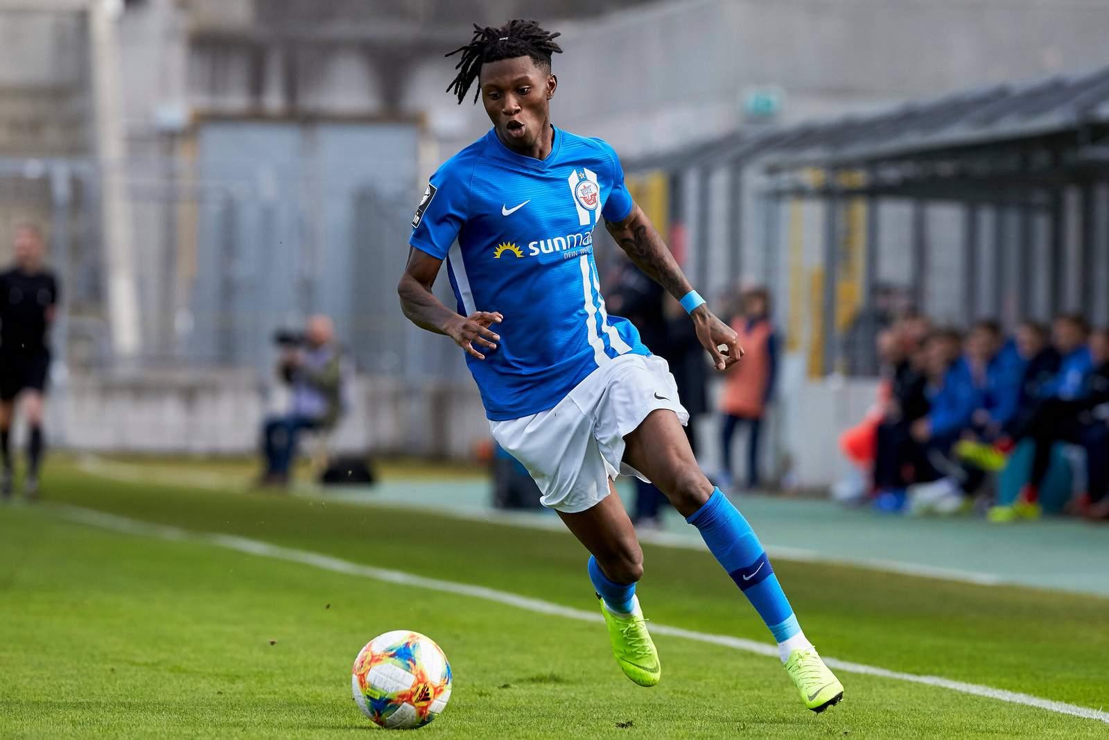 Aaron Opoku am Ball