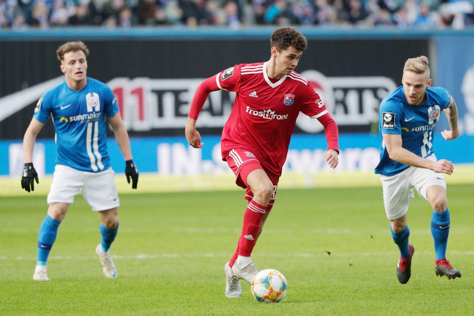 Alexander Fuchs am Ball gegen Hansa Rostock