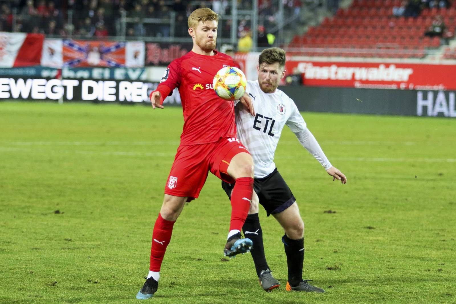 Sead Hajrovic von Viktoria Köln gegen Mathias Fetsch vom HFC