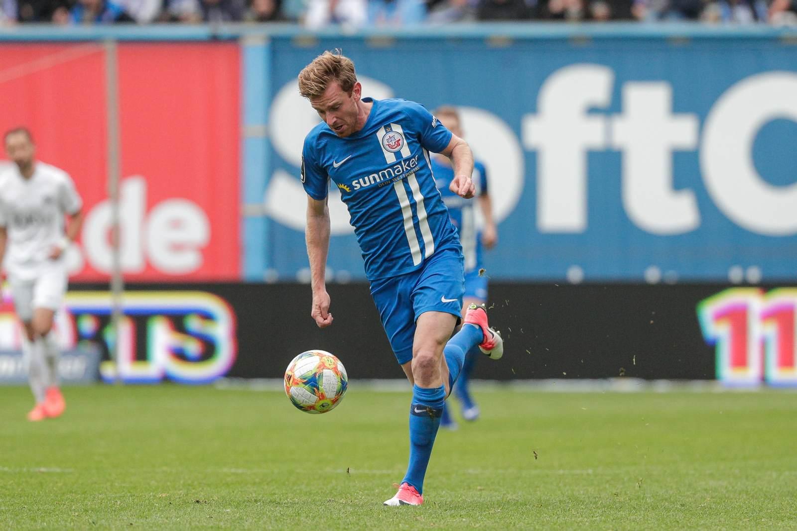 Maximilian Ahlschwede am Ball für Hansa Rostock