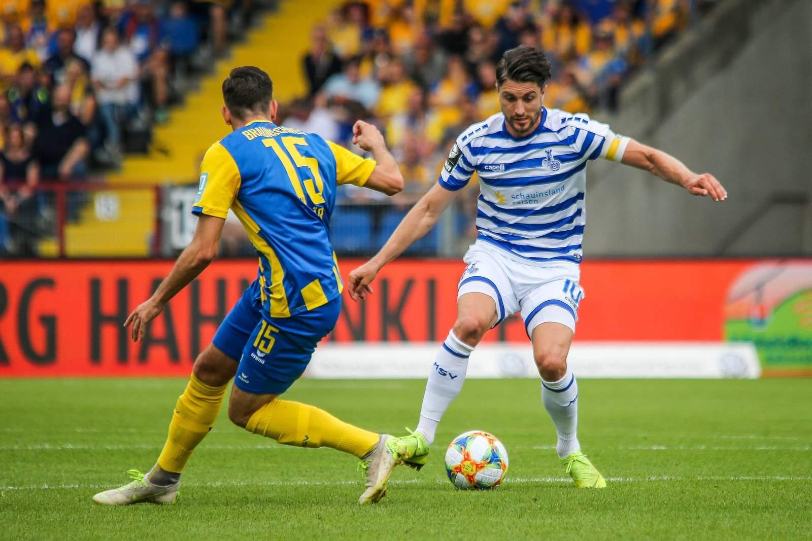 Marcel Bär von Braunschweig (l.) gegen Duisburgs Moritz Stoppelkamp.