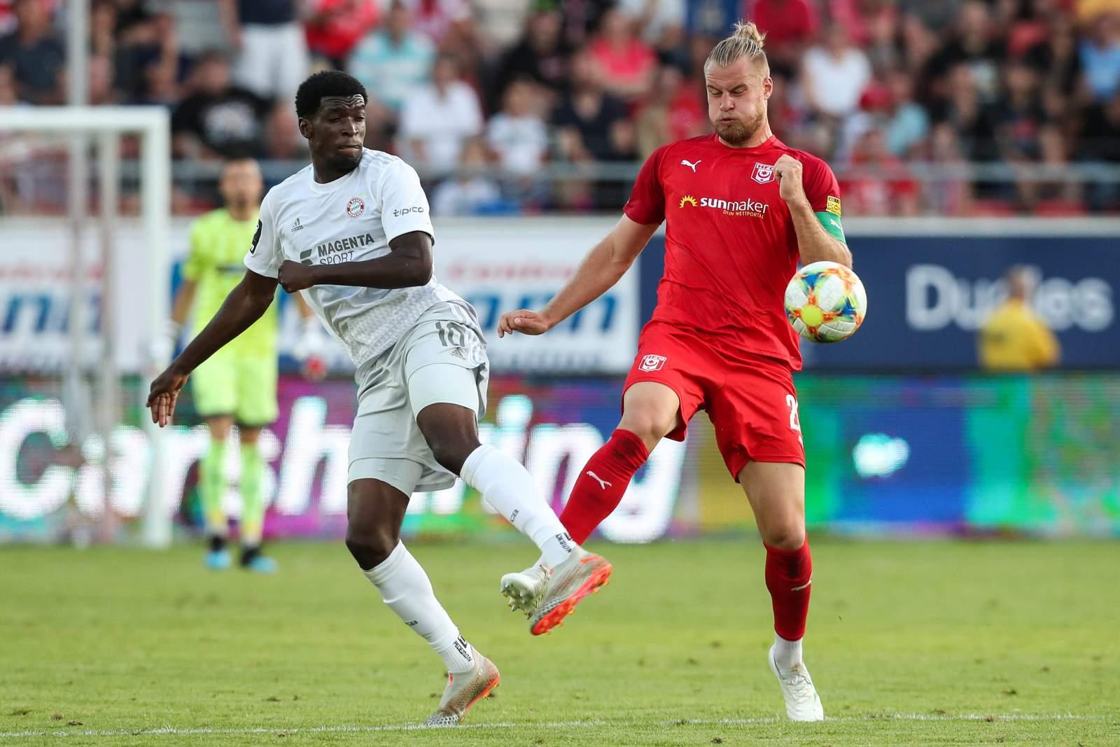 Otschi Wriedt von der FC Bayern U23 gegen Halles Sebastian Mai.