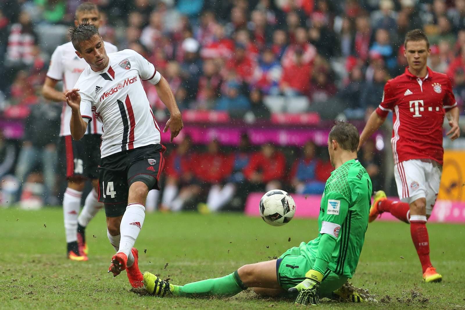 Stefan Lex scheitert beim Spiel Ingolstadt vs Bayern an Manuel Neuer