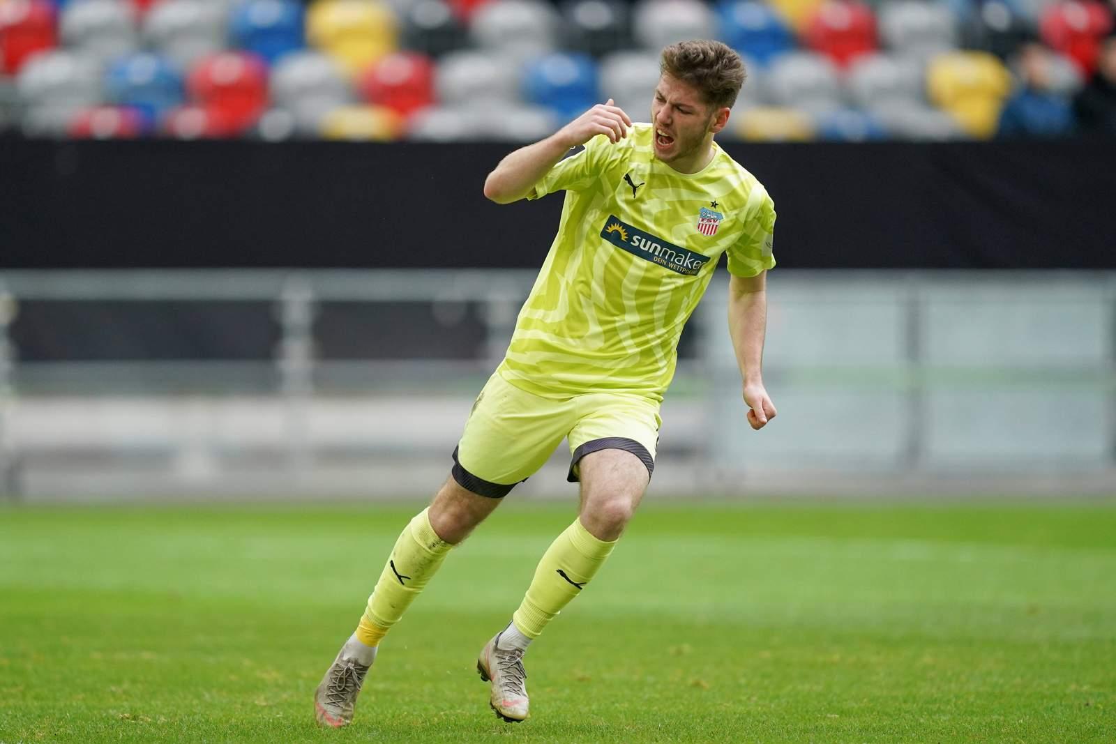 Leon Jensen jubelt nach Tor im Spiel Uerdingen gegen Zwickau