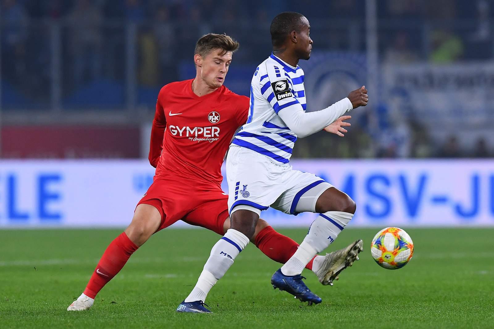 Kaiserslauterns Dominik Schad (l.) gegen Duisburgs Leroy-Jacques Mickels.