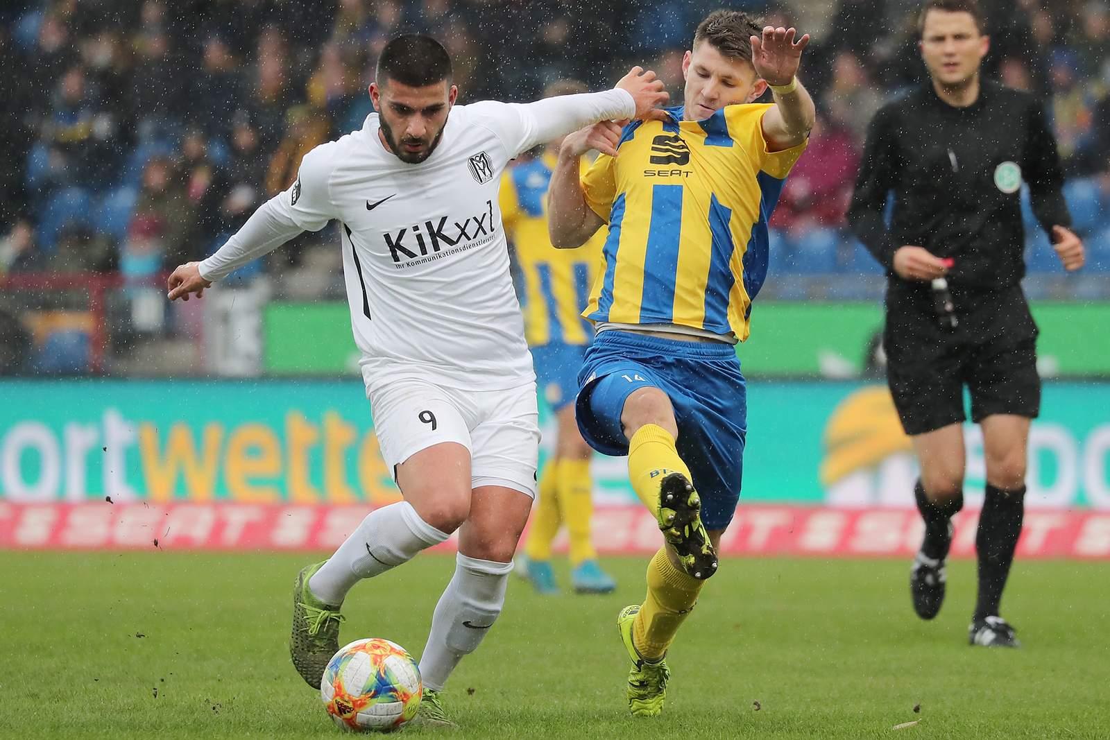 Denis Undav vom SV Meppen gegen Robin Becker von Eintracht Braunschweig
