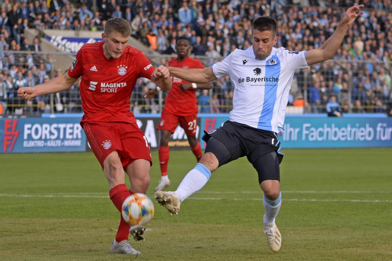 Lars Lukas Mai von der FC Bayern U23 gegen Stefan Lex von 1860 München