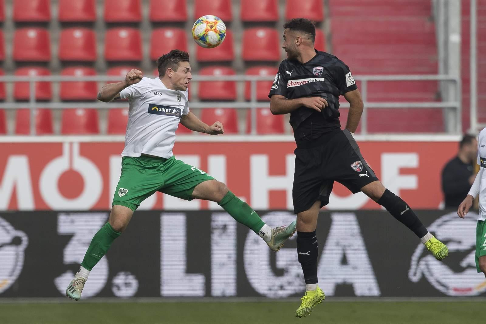 Münsters Luca Schnellbacher (l.) gegen Ingolstadts Fatih Kaya.