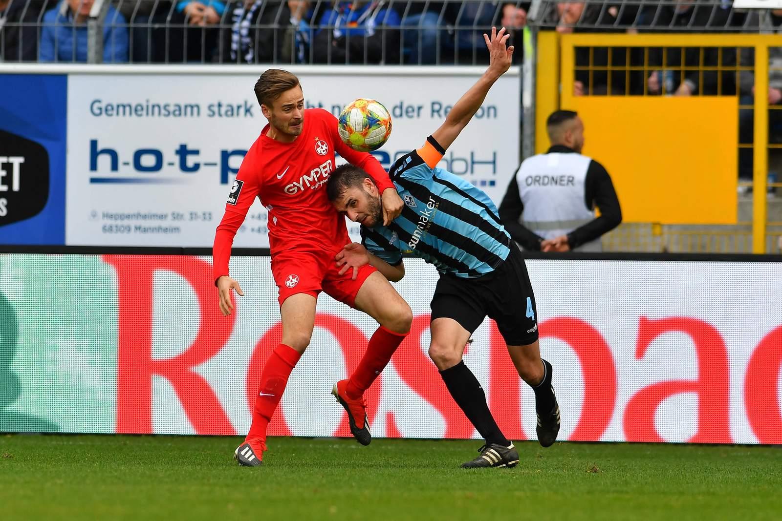 Lucas Röser vom FCK (l.) gegen Mannheims Kevin Conrad.