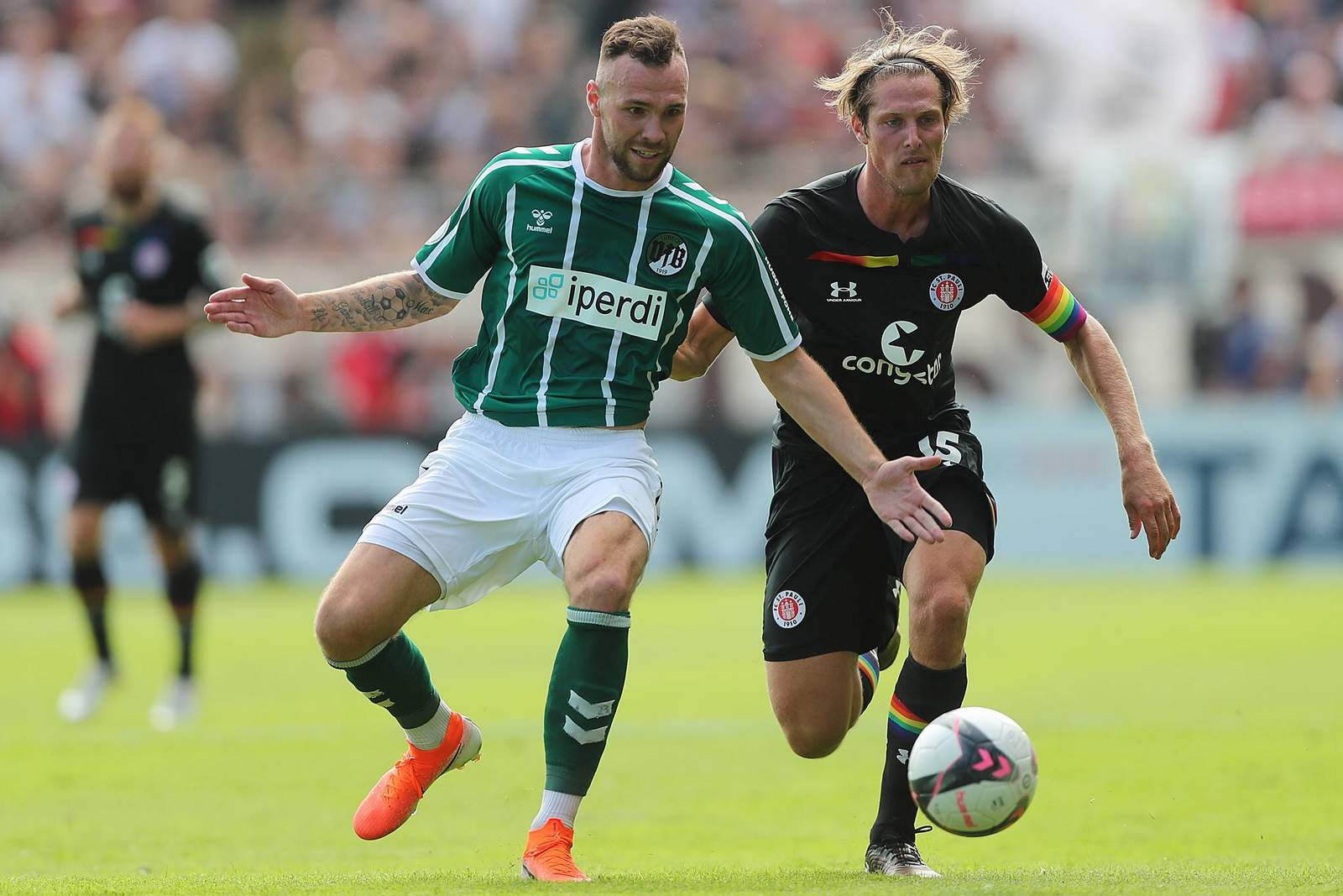 Patrick Hobsch vom VfB Lübeck gegen Daniel Buballa vom FC St. Pauli